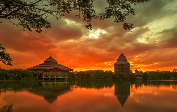 Картинка небо, деревья, закат, тучи, город, отражение, река, остров, здания, вечер, Индонезия, оранжевое, университет, Ява, Депок
