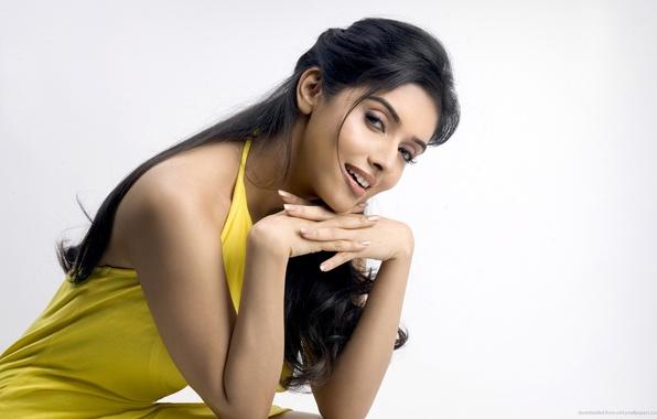 Картинка улыбка, актриса, girl, sexy, eyes, smile, lips, face, hair, look, hand, nails, Asin Thottumkal, yellow …