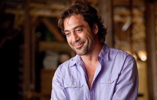 Картинка мужчина, актёр, улыбается, Javier Bardem, сиреневая рубашка, испанец, Хавьер Бардем