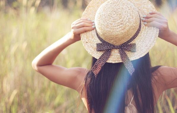 Картинка зелень, трава, девушка, природа, фон, обои, настроения, растение, размытие, шляпа, руки, брюнетка, лента, бантик