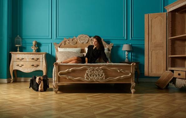 Картинка девушка, лицо, комната, кровать, чемодан, шкаф, милашка, комод