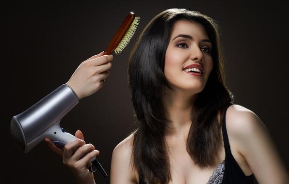 Картинка девушка, волосы, рука, брюнетка, щётка, Girl, красивая, beautiful, beauty, brunette, фен, чёрные глаза, black eyes, …