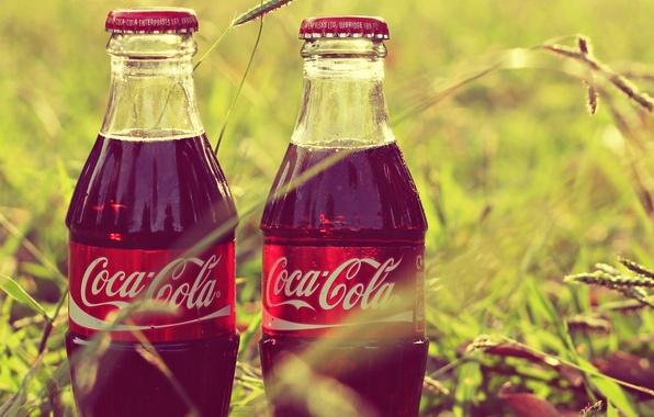 Картинка трава, бутылки, coca-cola, Кока-кола, этикетка