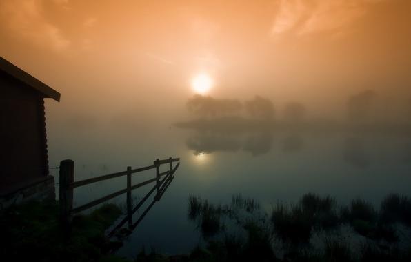 Картинка солнце, закат, туман, озеро, ограда, сарай, шотландия, Scotland