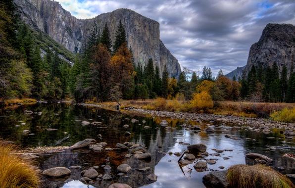Картинка осень, небо, деревья, горы, река, камни, скалы, США, кусты, Yosemite National Park, Сьерра-Невада