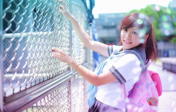 Картинка лето, взгляд, девушка, лицо, улыбка, волосы, забор, азиатка