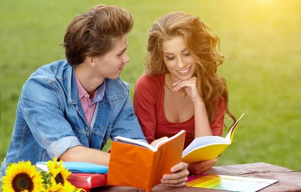 Картинка трава, девушка, подсолнухи, парк, шатенка, парень, улыбки, солнечный день, тетради, локоны