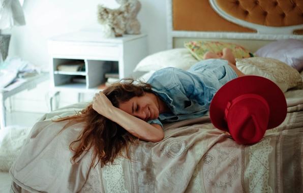 Картинка девушка, поза, улыбка, кровать, лежит