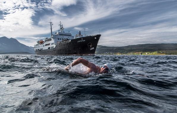 Картинка заплыв, Норвегия, пловец, судно, Norway, Troms, MS Lofoten, Rystraumen, Lewis Pugh, пролив Рюстрёумен, Тромс