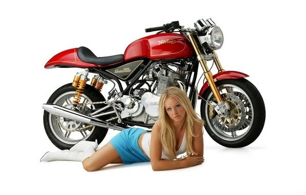 Картинка Девушки, Блондинка, красивая девушка, на белом фоне, смотрит в камеру, лежит возле мотоцикла, norton, commndo …