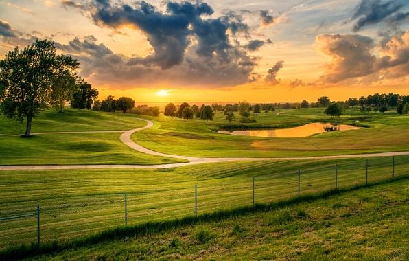 Картинка дорога, зелень, поле, небо, трава, облака, деревья, закат, пруд, забор, луг, Миссури, США, Missouri, Lees …
