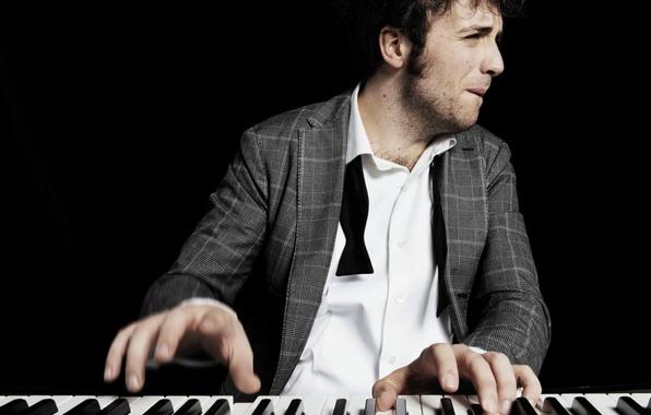 Картинка Италия, мужчина, пальцы, пианино, певец, Eurovision 2011, Евровидение 2011, Евровидение, Eurovision, Raffaele Gualazzi, бакенбарды, галстук …
