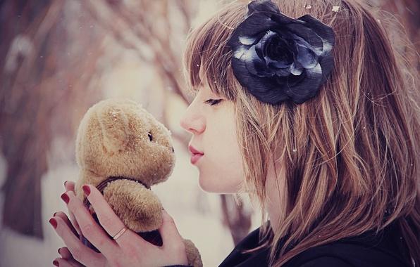 Картинка зима, цветок, девушка, снег, настроения, игрушка, поцелуй, медвежонок, mood