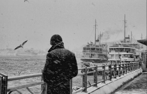Картинка грусть, море, снег, задумчивость, воспоминания, одиночество, мысли, забор, чайки, черно-белая, корабли, порт, мужчина, парень, ностальгия