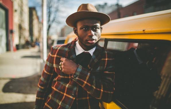 Картинка глаза, город, отражение, улица, окна, тень, шляпа, куртка, губы, мужчина, зеркала, автомобили, солнечный свет, городских, …