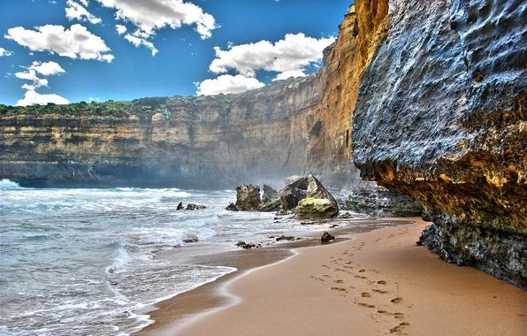 Картинка песок, море, небо, вода, облака, пейзаж, горы, следы, природа, скалы