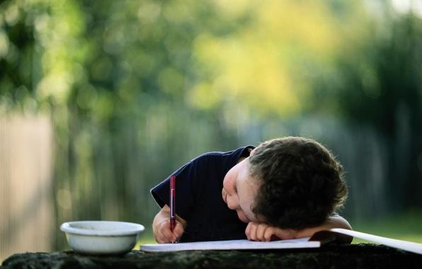 Картинка ребенок, мальчик, ручка, альбом, чашка, карандаш, миска, картинка, пишет, размытый задний фон, рисовать