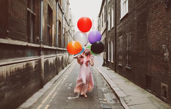 Фото обои шарики, улица, девушка, город