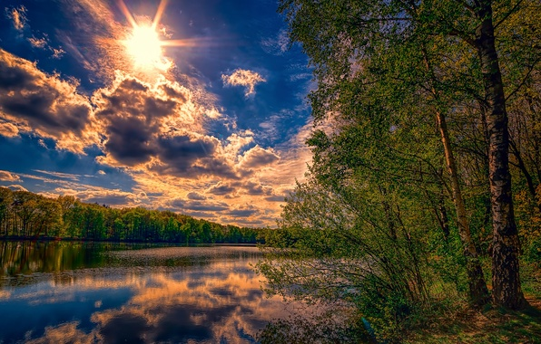 Картинка небо, солнце, облака, лучи, деревья, отражение, река