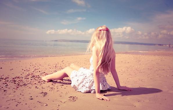 Картинка песок, море, пляж, девушка, свет, одиночество, настроение, руки, блондинка, beach, girls, beauty, sand, mood
