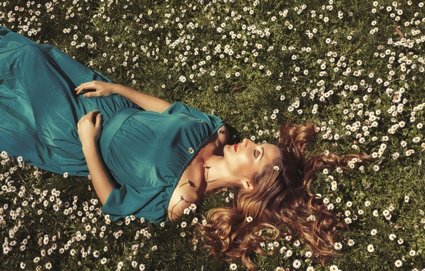 Картинка поле, девушка, цветы, лицо, волосы, ромашки, платье, лежит, плечи