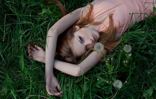 Картинка трава, взгляд, девушка, природа, поза, милая, платье, блондинка, лежит, girl, grass, красивая, одуванчики, dress, nature, …