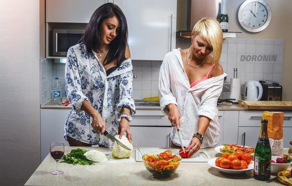 Картинка девушки, вино, две, бокал, бутылка, еда, брюнетка, блондинка, кухня, фрукты, ножи, шампанское, овощи, помидоры, капуста, …