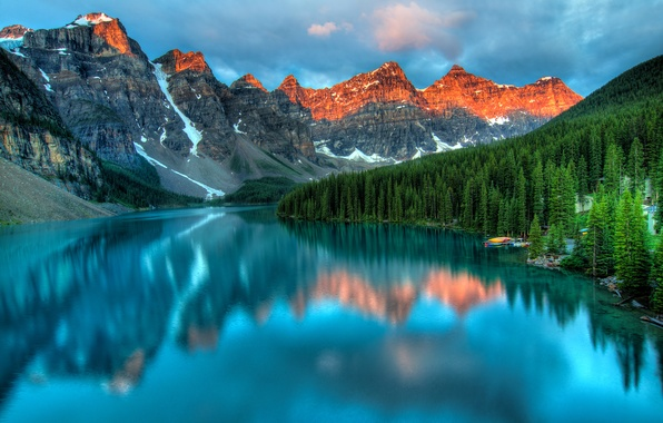 Картинка небо, облака, снег, деревья, закат, горы, озеро, отражение, лодка, пристань, вершина