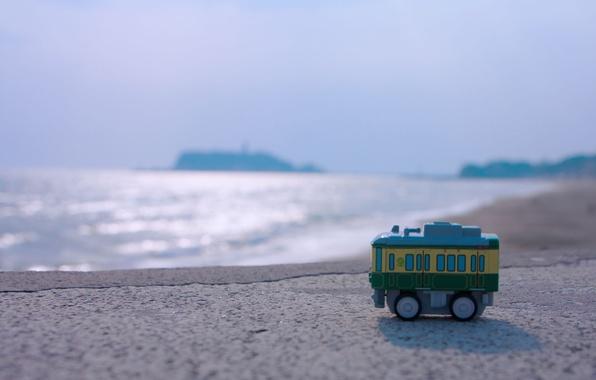 Картинка море, лето, вода, солнце, макро, гладь, сияние, берег, игрушка, размытость, горизонт, пол