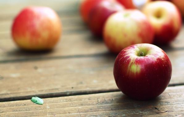 Картинка зеленый, фон, дерево, красное, widescreen, обои, яблоки, доски, яблоко, еда, фрукт, листик, wallpaper, широкоформатные, background, …
