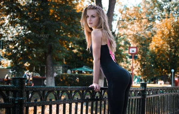 Картинка осень, девушка, солнце, деревья, город, улица, фигура, стройная, ограждение, блондинка, боке, Viktoria Ogoreltseva