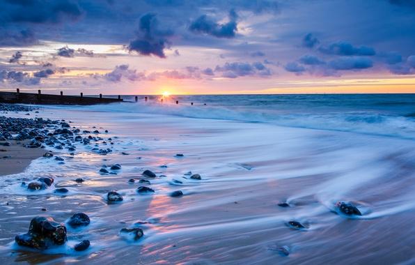 Картинка море, небо, солнце, облака, закат, тучи, камни, берег, Англия, вечер, горизонт, прибой, Великобритания, Норфолк