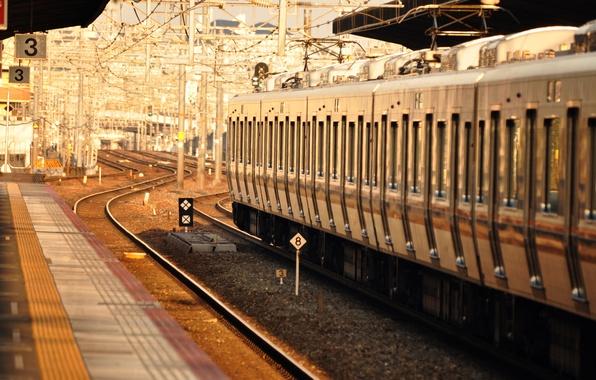 Картинка свет, рельсы, поезд, вагон, депо, железная дорога, состав, перон
