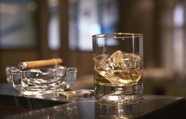 Картинка стакан, лёд, сигара, виски, пепельница, стойка