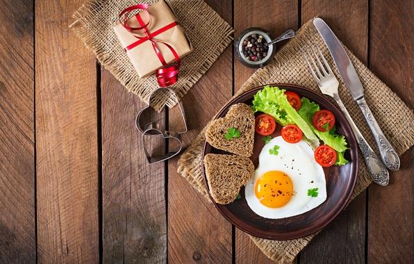 Картинка подарок, романтика, сердце, доски, яйцо, завтрак, хлеб, вилка, яичница, помидоры, gift, салат, специи, bread, сервировка, …