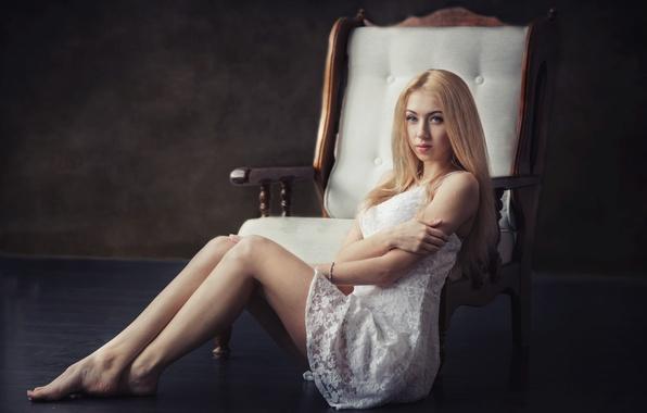 Картинка девушка, поза, портрет, кресло, блондинка, white, ножки, sexy, красивая, прелесть, studio, голубоглазая, beautiful, симпатичная, beauty, …