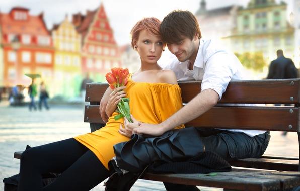 Картинка взгляд, девушка, цветы, скамейка, город, люди, дома, платье, пара, тюльпаны, рыжая, парень