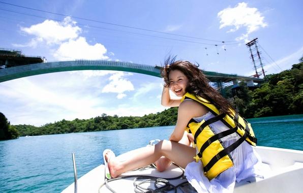 Картинка лес, небо, вода, девушка, облака, деревья, мост, улыбка, река, ветер, лодка, смех, жилет