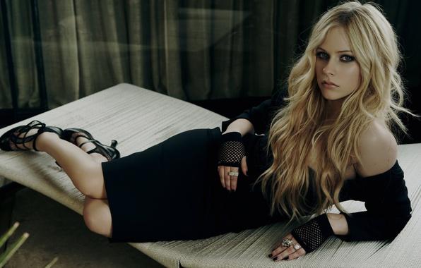 Картинка взгляд, поза, Девушка, платье, певица, Avril Lavigne, Аврил Лавин