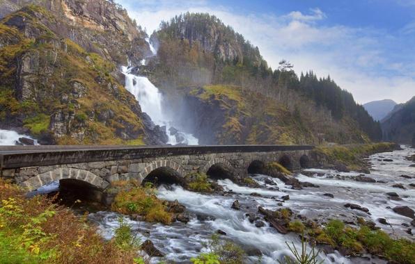 Картинка лес, небо, деревья, горы, мост, природа, река, камни, водопад
