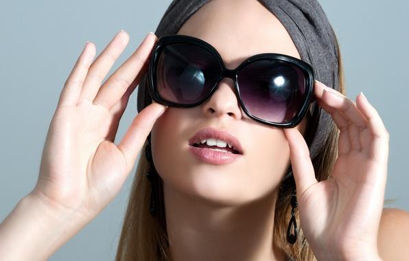 Картинка девушка, лицо, волосы, руки, губы, солнечные очки