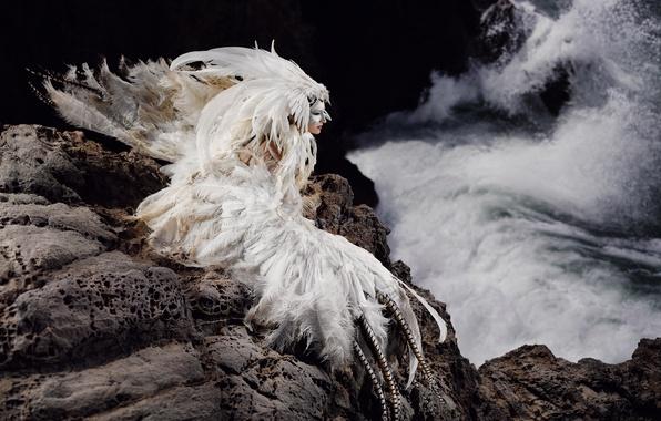 Картинка море, девушка, скалы, птица, перья, костюм, наряд