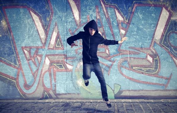 Картинка асфальт, фон, движение, стена, земля, прыжок, обои, граффити, спорт, танец, капюшон, мужчина, парень, взлет, dance