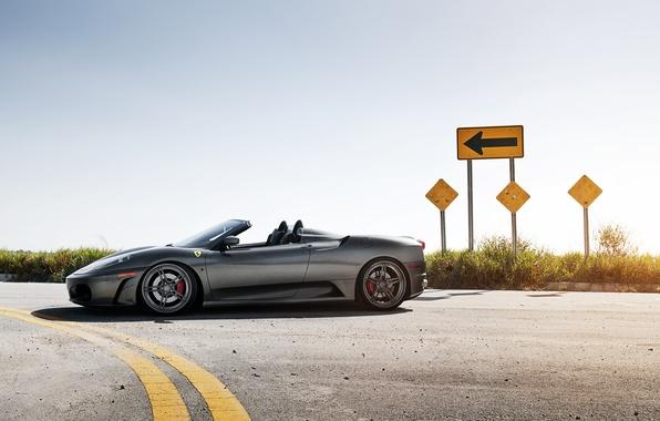 Картинка дорога, небо, серый, знак, стрелка, Ferrari, суперкар, феррари, вид сбоку, спайдер, ф-430, Spider, F-430