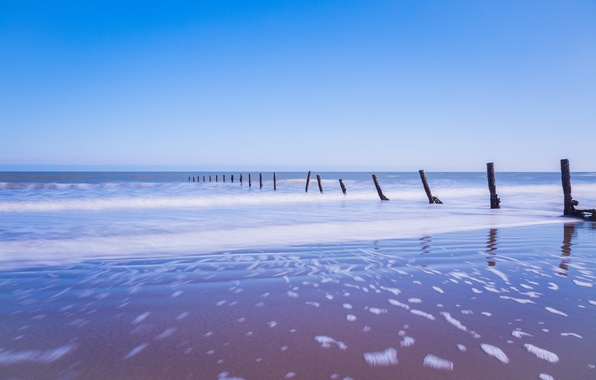 Картинка песок, море, небо, пена, голубое, берег, Англия, опоры, Великобритания
