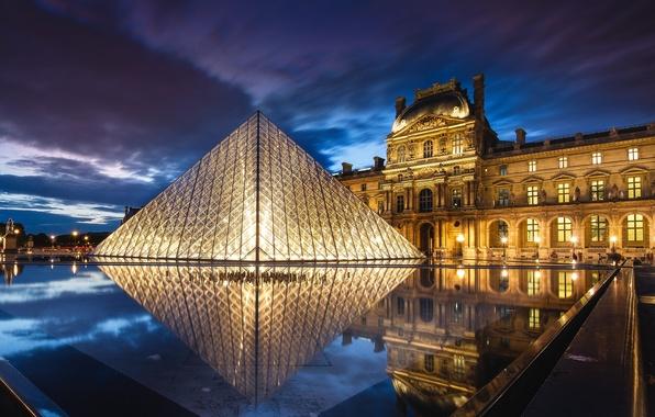 Картинка небо, облака, ночь, тучи, город, огни, отражение, Франция, Париж, Лувр, освещение, подсветка, фонари, пирамида, музей, …