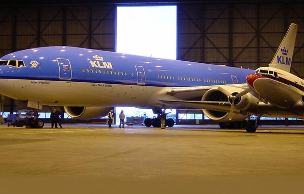 Картинка люди, крылья, ангар, турбины, Boeing, самолёт, 300, 777, Пассажирский, двигателя, AirFrance, KLM