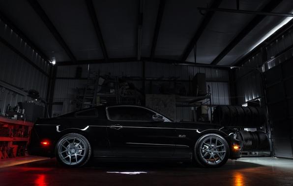 Картинка чёрный, гараж, mustang, мустанг, профиль, ford, диски, blackфорд