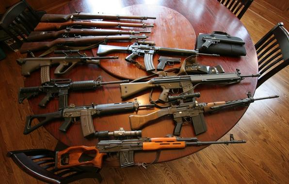 Картинка оружие, стол, пистолеты, снайперская винтовка, автоматы, штурмовые винтовки