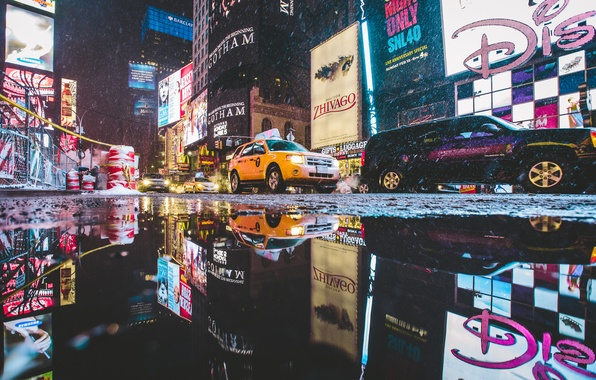 Фото обои лужа, автомобили, отражение, Таймс-Сквер, Манхэттен, Нью-Йорк, неон, улица, Соединенные Штаты, зеркало, камера, конусы